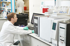 O homem do pesquisador do cientista trabalha no laboratório Fotos de Stock