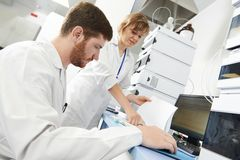 O homem do pesquisador do cientista trabalha no laboratório Foto de Stock