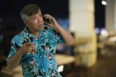 O homem do sinior que guarda o vidro do uísque e do cigarro no th Foto de Stock Royalty Free