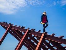 O homem do soldador uma soldadura o telhado de aço fotografia de stock