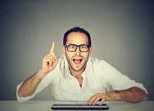 O homem do totó do computador conhece a resposta imagens de stock royalty free