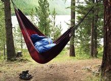 O homem dorme em um hammock e em um sono Fotografia de Stock Royalty Free