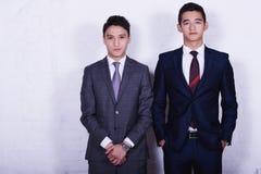 O homem dos jovens dois está levantando durante a ruptura de trabalho na empresa fotos de stock royalty free