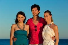 O homem e as mulheres apreciam o por do sol Fotos de Stock Royalty Free