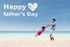 O homem e a filha comemoram o dia do pai Fotos de Stock Royalty Free