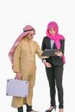 O homem e a mulher árabes dos muçulmanos estão discutindo o projeto foto de stock