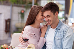O homem e a mulher alegres estão datando no restaurante Foto de Stock