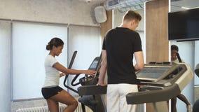 O homem e a mulher atléticos ativos são apreciação do cardio- exercício video estoque