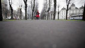 O homem e a mulher dançam o tango no parque vazio do inverno cercado por árvores despidas filme