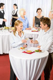 O homem e a mulher do banquete da reunião de negócio comemoram foto de stock