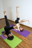 O homem e a mulher em uma ioga esticam - o vertical Imagens de Stock Royalty Free
