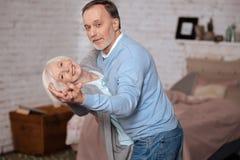 O homem e a mulher envelhecidos estão dançando junto fotografia de stock royalty free