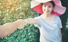 O homem e a mulher estão mantendo as mãos unidas por um feriado T imagem de stock