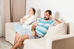 O homem e a mulher fazem o NT do ` querem falar entre si fotografia de stock