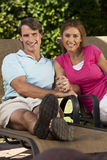 O homem e a mulher felizes acoplam as mãos da terra arrendada Foto de Stock Royalty Free
