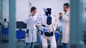 O homem e a mulher fixam um droid em uma sala filme