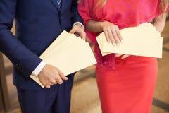 O homem e a mulher mantêm brochuras disponivéis fotos de stock royalty free