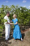 O homem e a mulher, par loving, fazem uma declaração do amor em uma plantação das laranjas, Cuba foto de stock