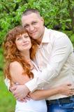 O homem e a mulher que estão em uma mola jardinam Foto de Stock