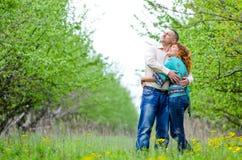 O homem e a mulher que estão em uma mola jardinam Imagem de Stock Royalty Free