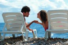 O homem e a mulher sentam-se no deckchair Imagens de Stock Royalty Free