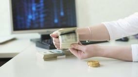 O homem e a mulher trocam os dólares e os bitcoins filme