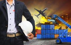 O homem e o recipiente de funcionamento entram na terra, freig logístico da carga aérea Imagens de Stock Royalty Free