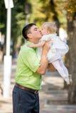 O homem e sua filha em seus braços Fotos de Stock Royalty Free