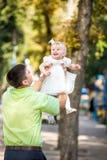 O homem e sua filha em seus braços Imagens de Stock Royalty Free