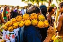 O homem e suas laranjas fotografia de stock royalty free