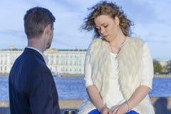 O homem e uma mulher estão falando tristemente Fotografia de Stock Royalty Free