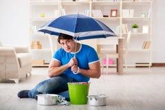 O homem em casa que trata o escape vizinho da inundação fotos de stock