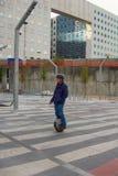 o homem em elétrico roda dentro o distrito novo de Paris fotografia de stock