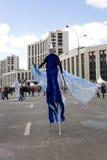 O homem em fancy-dress azul vai no prosp Fotografia de Stock Royalty Free