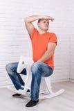 O homem em um horsy de madeira Fotografia de Stock Royalty Free