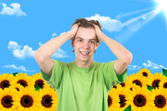 O homem em um jardim. Girassol foto de stock royalty free