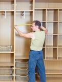 O homem em um t-shirt verde realiza trabalhos de casa Foto de Stock Royalty Free