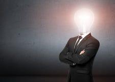 O homem em um terno de negócio está, atrás dele muro de cimento vazio Em vez da ampola principal do homem de negócios Negócio, id Imagens de Stock Royalty Free