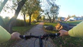O homem em uma bicicleta está montando através do campo para encontrar-se vídeos de arquivo