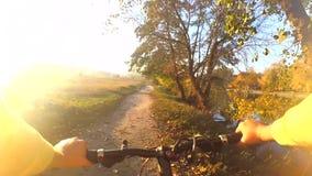 O homem em uma bicicleta está montando através do campo para encontrar-se filme