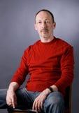O homem em uma camisola vermelha Fotos de Stock