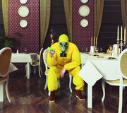 O homem em uma combinação protetora Fotografia de Stock Royalty Free