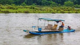 O homem em uma jangada cruza Li River fotos de stock royalty free
