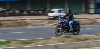 O homem em uma motocicleta em kathmandu, nepal Fotografia de Stock Royalty Free