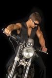 O homem em vidros escuros da veste do preto da motocicleta olha para baixo Imagem de Stock Royalty Free