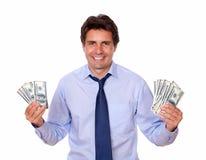 O homem encantador que sorri e que mostra o desconta dólares Fotografia de Stock Royalty Free