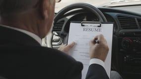 O homem enche um resumo que senta-se em um carro recruitment vídeos de arquivo