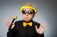 O homem engraçado com o mic no conceito do karaoke Fotos de Stock Royalty Free