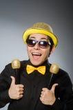 O homem engraçado com o mic no conceito do karaoke Imagens de Stock