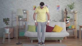 O homem engraçado expressivo no sportswear funde escalas raramente usadas do assoalho da poeira fora vídeos de arquivo